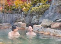 露天風呂に入る60代の夫婦と紅葉 10208000816| 写真素材・ストックフォト・画像・イラスト素材|アマナイメージズ