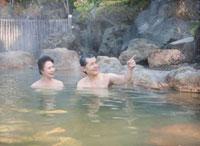 露天風呂に入る60代の夫婦 10208000818| 写真素材・ストックフォト・画像・イラスト素材|アマナイメージズ