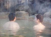 露天風呂に入る60代の夫婦 10208000823| 写真素材・ストックフォト・画像・イラスト素材|アマナイメージズ