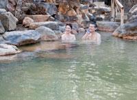 露天風呂に入る60代の夫婦 10208000828| 写真素材・ストックフォト・画像・イラスト素材|アマナイメージズ