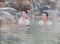 露天風呂に入る60代の夫婦 10208000831| 写真素材・ストックフォト・画像・イラスト素材|アマナイメージズ