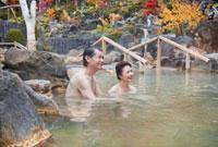 露天風呂に入る60代の夫婦と紅葉 10208000835| 写真素材・ストックフォト・画像・イラスト素材|アマナイメージズ