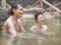 露天風呂に入る60代の夫婦 秋のイメージ