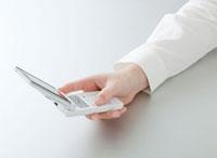 携帯電話を操作する女性の手