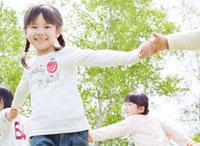 新緑の中で輪になって回る子供たち 10208000908| 写真素材・ストックフォト・画像・イラスト素材|アマナイメージズ