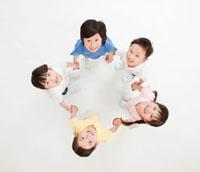 輪になって手をつなぐ5人の子供 俯瞰