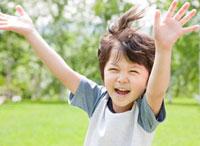 新緑の中で両手をあげて笑う男の子 10208000925| 写真素材・ストックフォト・画像・イラスト素材|アマナイメージズ