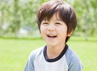 新緑の中で微笑む男の子 10208000928| 写真素材・ストックフォト・画像・イラスト素材|アマナイメージズ