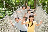 遊具で遊ぶ5人の小学生