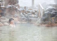 雪と露天風呂に入る20代女性 10208001051| 写真素材・ストックフォト・画像・イラスト素材|アマナイメージズ