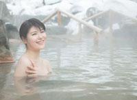 雪と露天風呂に入る20代女性 10208001061| 写真素材・ストックフォト・画像・イラスト素材|アマナイメージズ