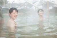 雪と露天風呂に入る2人の20代女性 10208001064| 写真素材・ストックフォト・画像・イラスト素材|アマナイメージズ