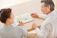 パステルで絵を描くシニア夫婦 10208001104| 写真素材・ストックフォト・画像・イラスト素材|アマナイメージズ