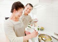 IHキッチンで料理をするシニア夫婦
