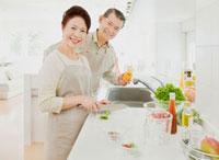 キッチンで料理をするシニア夫婦 10208001117| 写真素材・ストックフォト・画像・イラスト素材|アマナイメージズ