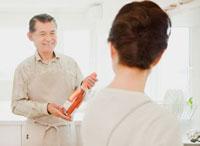 キッチンでワインを持つ男性