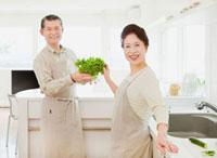 キッチンで料理をするシニア夫婦 10208001122| 写真素材・ストックフォト・画像・イラスト素材|アマナイメージズ