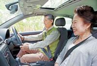 ドライブを楽しむシニア夫婦