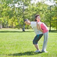 緑の中 ストレッチをする60代シニア夫婦 10208001143| 写真素材・ストックフォト・画像・イラスト素材|アマナイメージズ