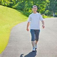 ウォーキングするトレーニングウェアの60代シニア男性