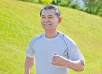ジョギングするトレーニングウェアの60代シニア男性