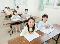 教室で勉強する7人の小学生の男の子と女の子