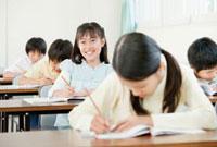 教室で勉強する小学生の男の子と女の子