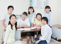 教室で7人の小学生の男の子と女の子のポートレート