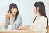 会話を楽しむ2人の20代女性