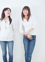 会話する2人の20代女性のポートレート/白バック
