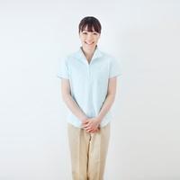 20代の女性介護士のポートレート/白バック