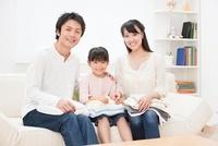 洗濯物をたたむ家族
