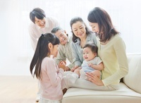 ソファーで団らんする三世代家族 10208001444| 写真素材・ストックフォト・画像・イラスト素材|アマナイメージズ