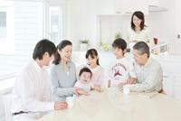 リビングで談笑する三世代家族