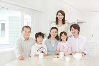リビングでの三世代家族のポートレート