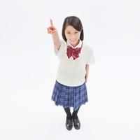 制服を着る女子中学生の俯瞰のポートレート