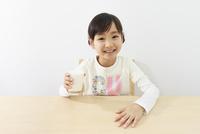 牛乳を飲む6歳の女の子