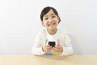 おにぎりを食べる6歳の女の子