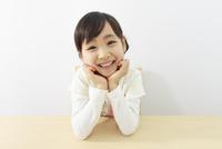 ほおづえをつく6歳の女の子