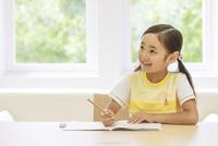 勉強する6歳の女の子