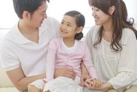 仲の良い家族のポートレート 10208001712| 写真素材・ストックフォト・画像・イラスト素材|アマナイメージズ