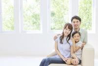 仲の良い家族のポートレート 10208001713| 写真素材・ストックフォト・画像・イラスト素材|アマナイメージズ