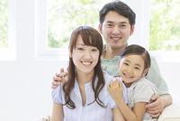 仲の良い家族のポートレート 10208001715| 写真素材・ストックフォト・画像・イラスト素材|アマナイメージズ