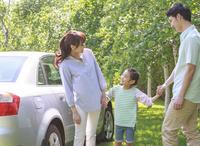 新緑の中、ドライブを楽しむ家族
