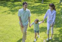 新緑の中の談笑する家族