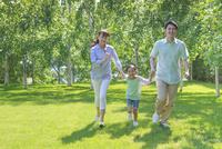 新緑の中を走る家族