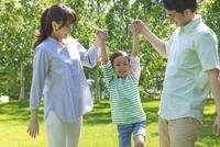 新緑の中、元気な家族 10208001748| 写真素材・ストックフォト・画像・イラスト素材|アマナイメージズ