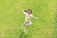 新緑の中ジャンプする6歳の女の子 10208001752| 写真素材・ストックフォト・画像・イラスト素材|アマナイメージズ
