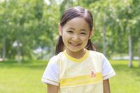 新緑の中の6歳の女の子/ポートレート
