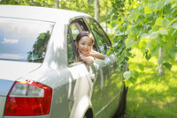 車から顔を出す6歳の女の子 10208001759| 写真素材・ストックフォト・画像・イラスト素材|アマナイメージズ